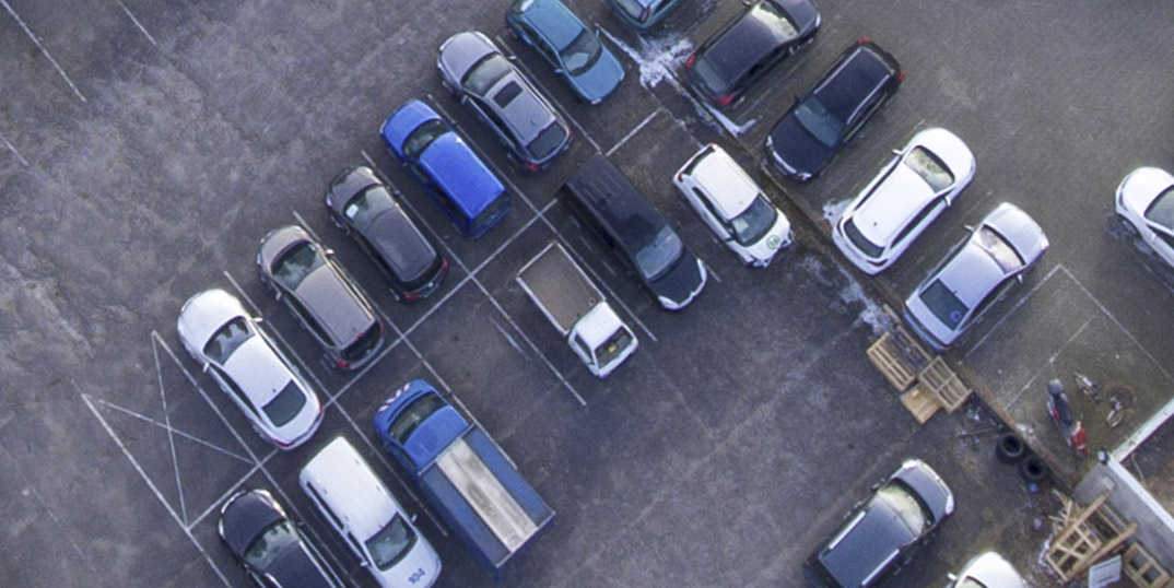 Parkplatz voller Autos Luftaufnahme